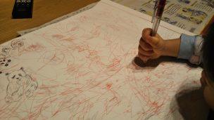 お絵描きする子供