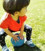 ボール遊びする子供