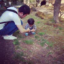 自然に触れる親子