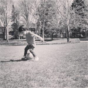 サッカーする息子