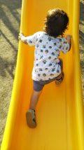 滑り台を上る子供