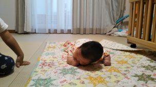 うつ伏せを頑張る赤ちゃん
