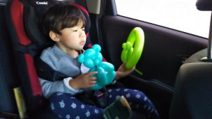 おもちゃをみる子供